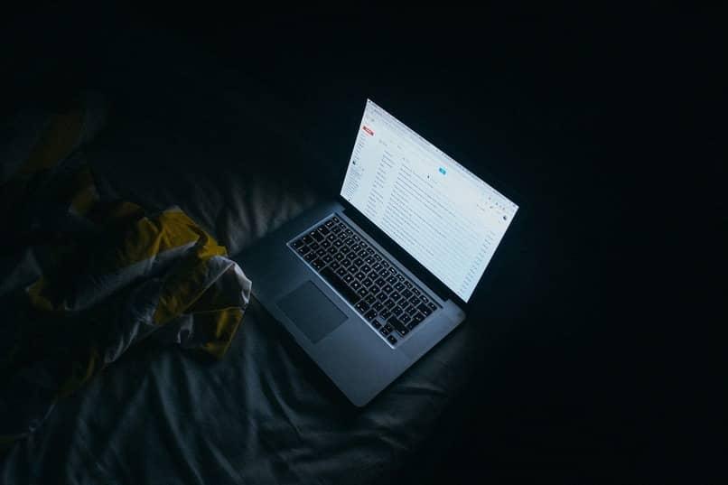 laptop con bandeja de gmail abierta