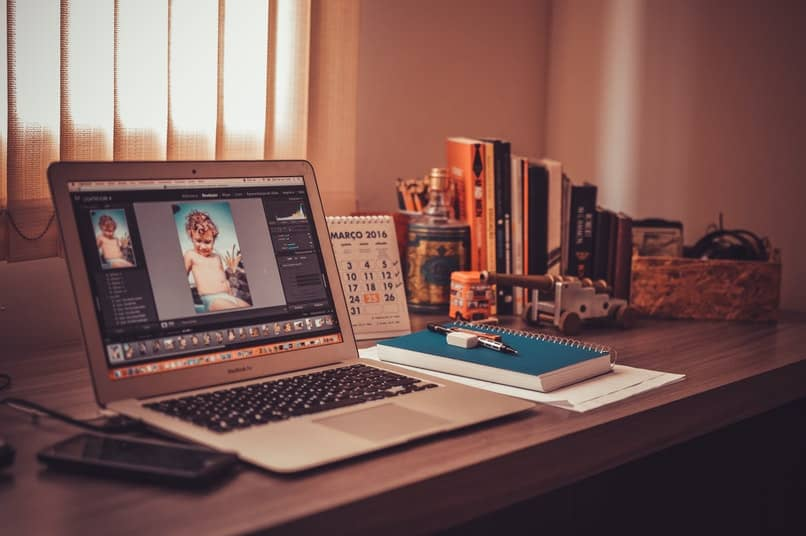 laptop con una imagen en pantalla sobre una mesa