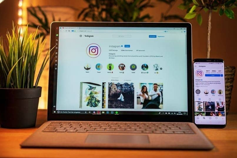instagram en la pantalla de movil y laptop