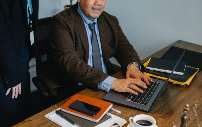 hombre trabajando con portatil