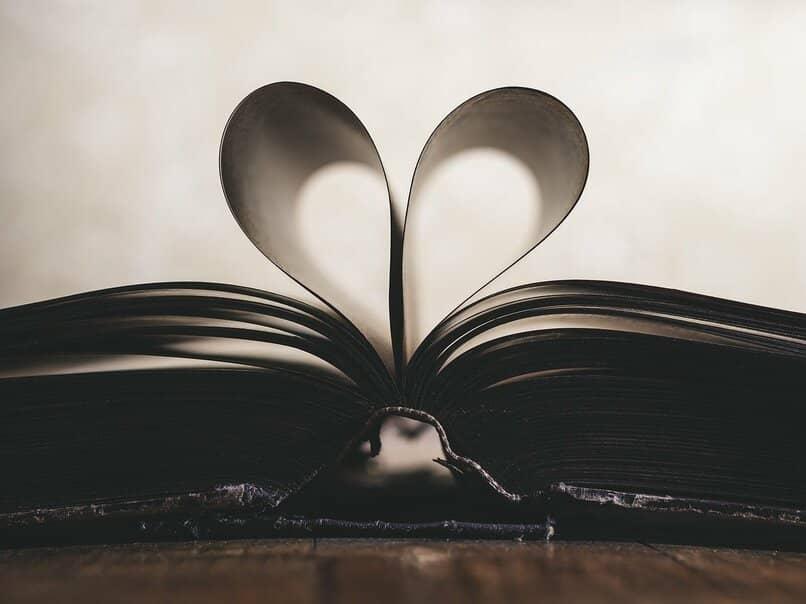 libro con paginas en forma de corazon