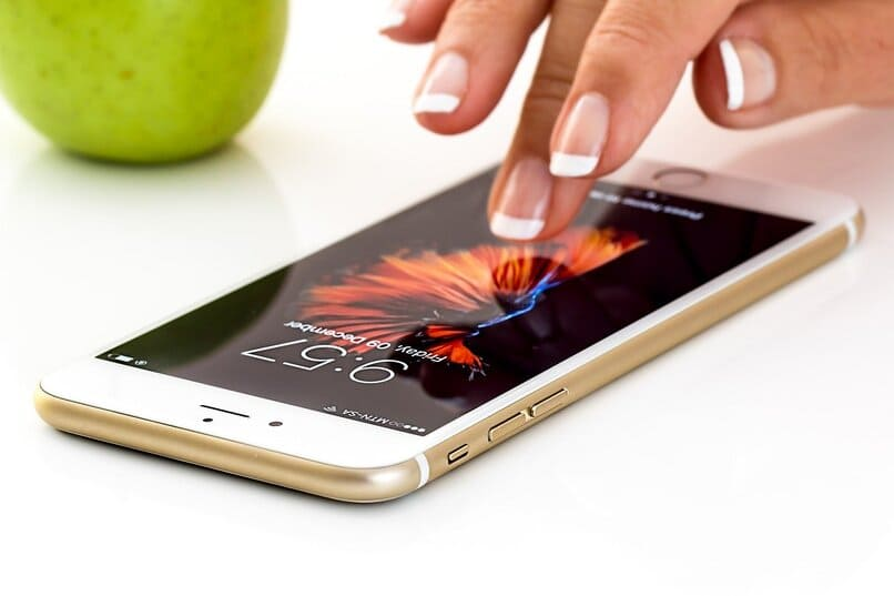 persona tocando la pantalla de un iphone