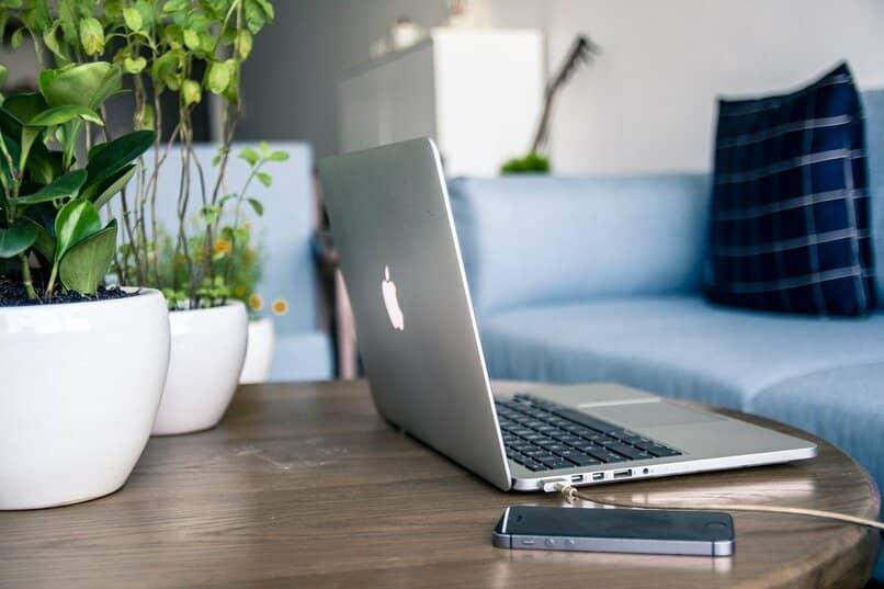 laptop y iphone sobre una mesa