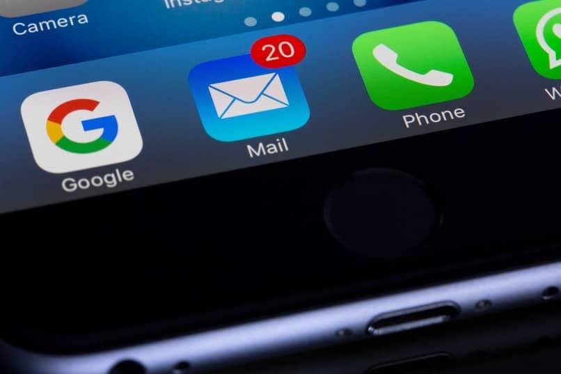movil con varias notificaciones de correo