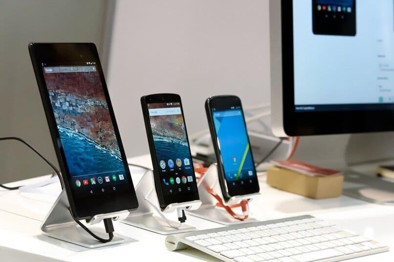 dispositivos moviles sobre una mesa