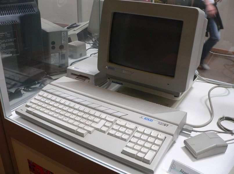 pc viejo blanco raton teclado gris mesa blanca separacion de vidrio