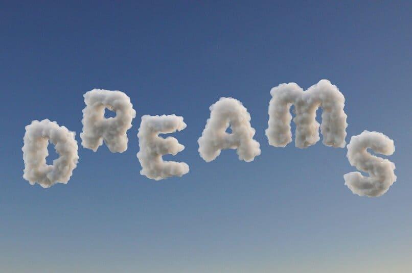 palabra dream formada con nubes en el cielo