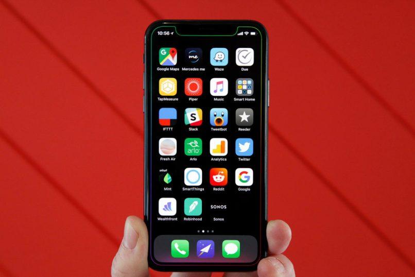 persona buscando las configuraciones en iphone