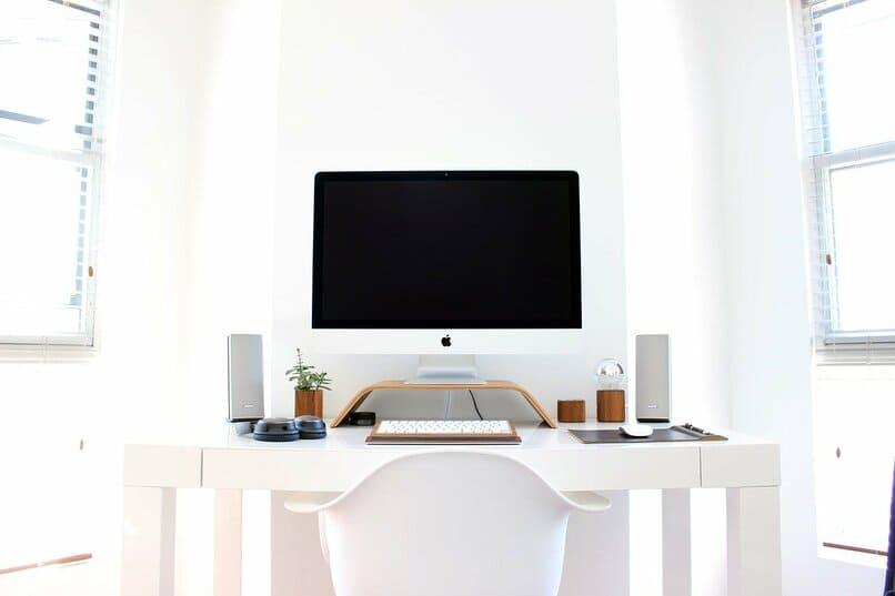 pc sobre un escritorio color blanco