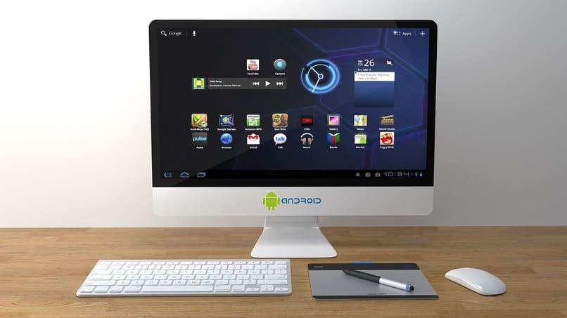 pc color plateado junto un teclado