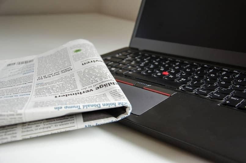 periodico sobre una laptop