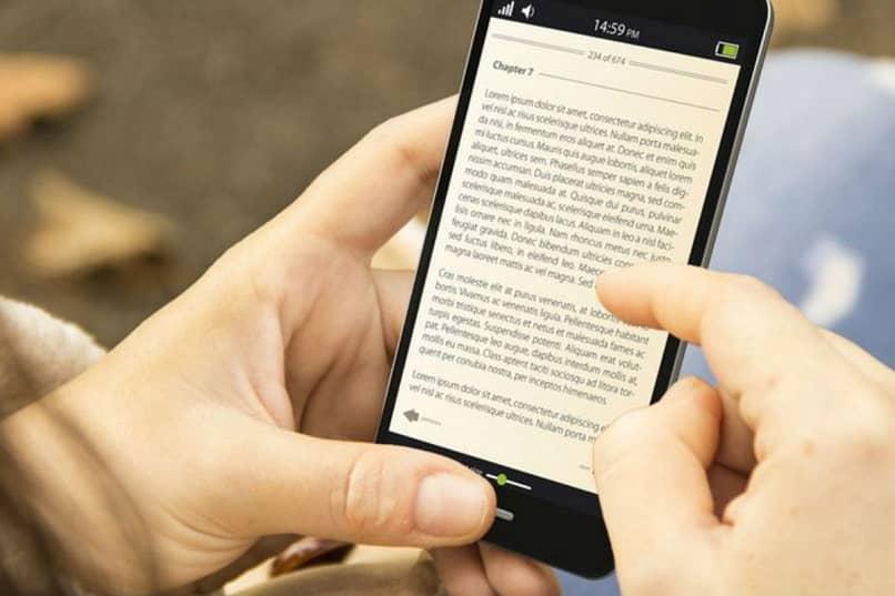 persona leyendo en el movil