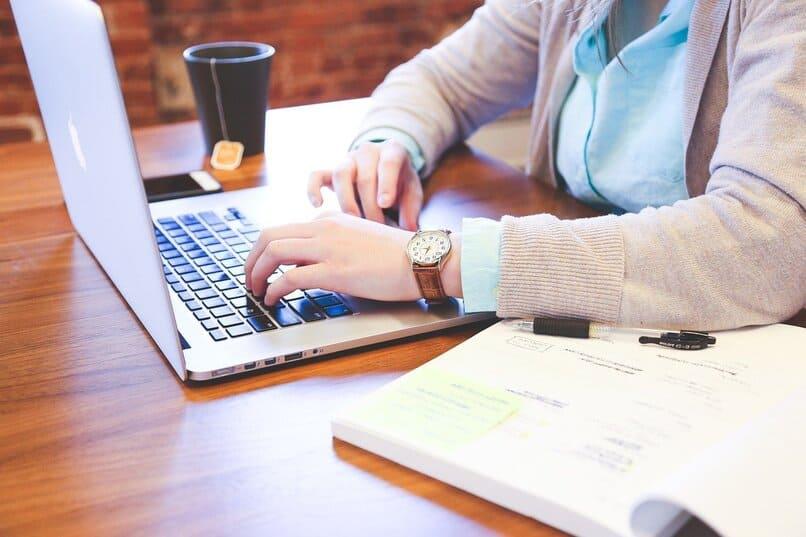 hombre utilizando una laptop