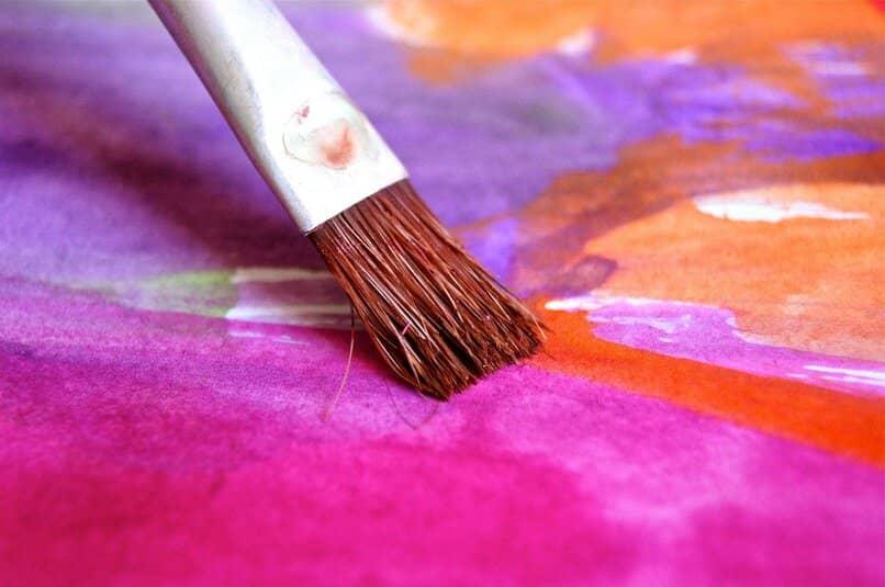 pincel sobre una superficie de muchos colores