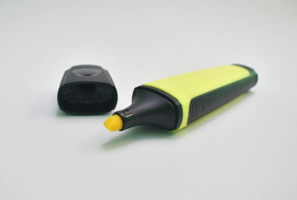 resaltador amarillo sobre fondo blanco
