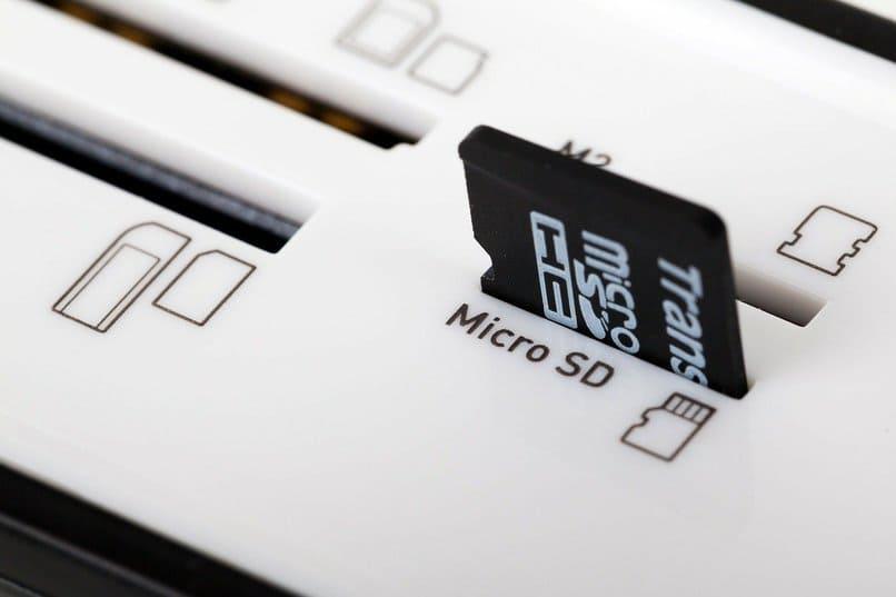 tarjeta sd dentro de un puerto color blanco