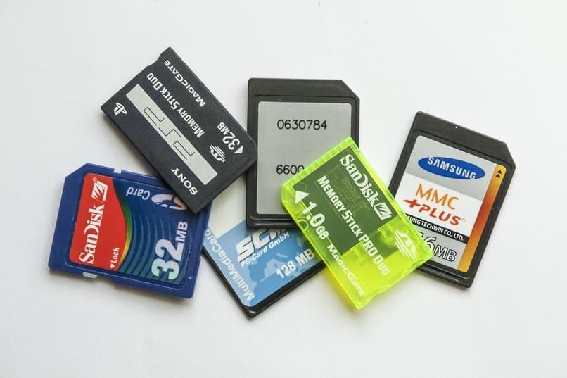 muchas tarjetas sd sobre una superficie color blanco