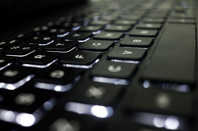 teclado de pc color negro
