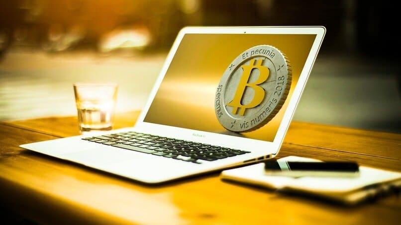 icono de bitcoin en una laptop