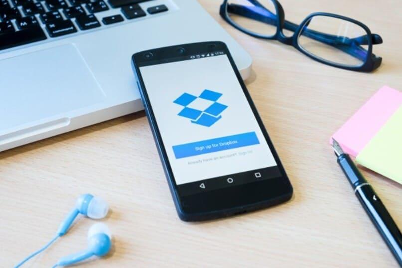 aplicacion dropbox siendo ejecutada en dispositivo movil