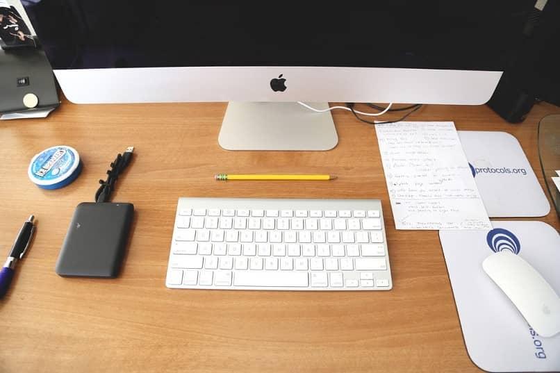 mac de escritorio con teclado