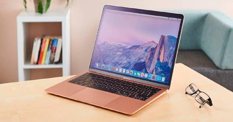 computadora mac rosada