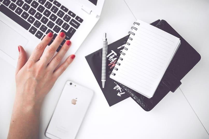 mujer escribiendo en una laptop