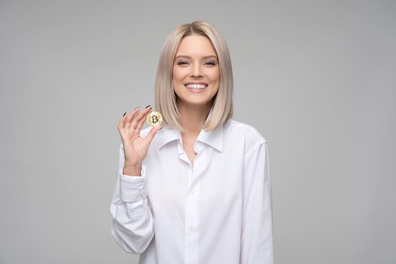 mujer sosteniendo una moneda