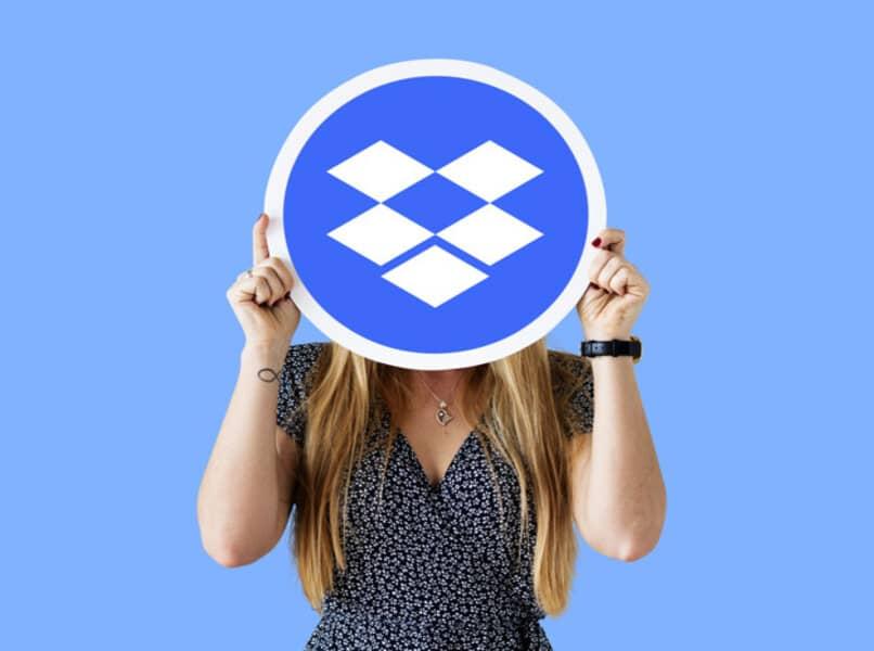 mujer cubriendose el rostro con logo de dropbox