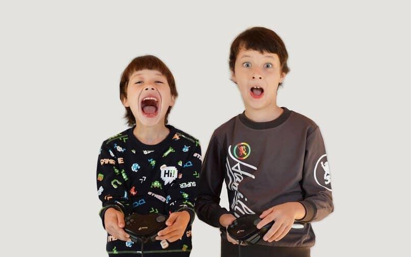 ninos jugando juegos de video