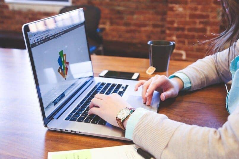 persona escribiendo en una laptop