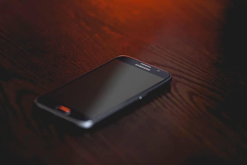 telefono de color negro con luz roja
