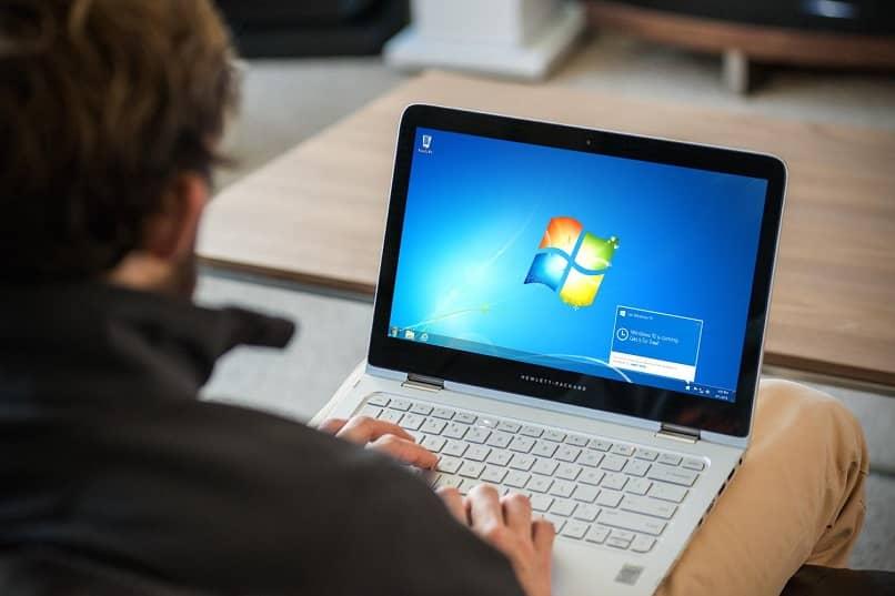 persona en laptop windows
