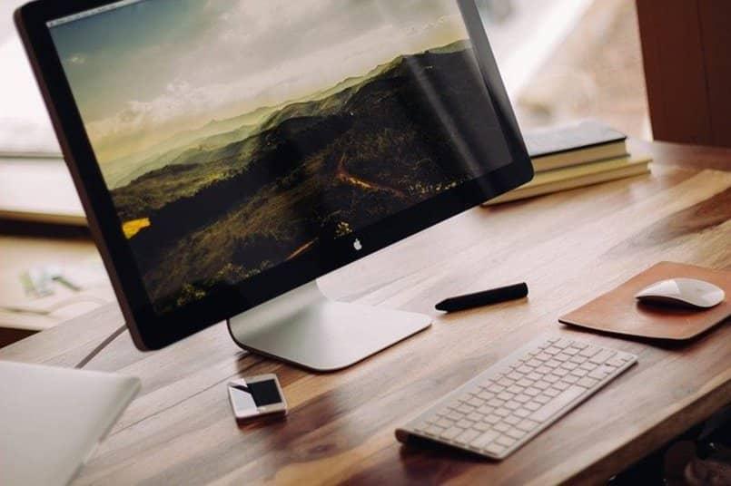 Computador de la marca Apple sobre un escritorio