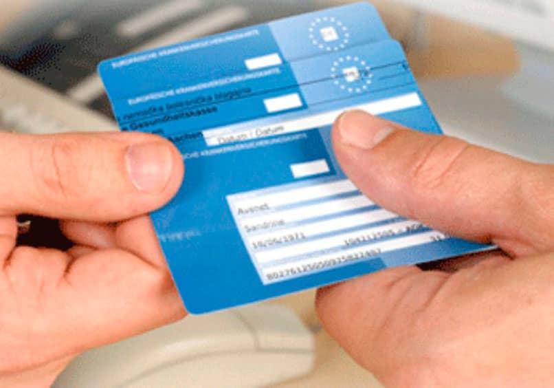 Persona que muestra una tarjeta sanitaria europea