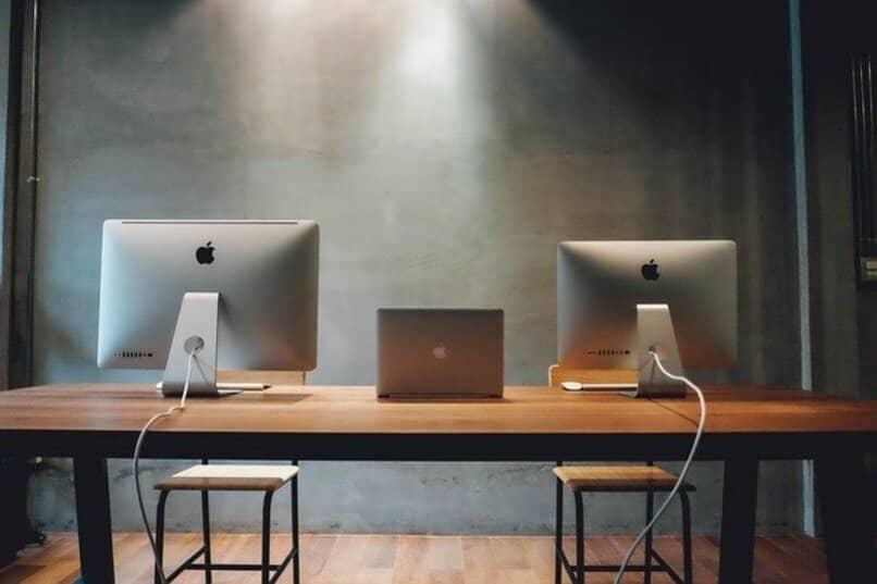 Computadores sobre un escritorio