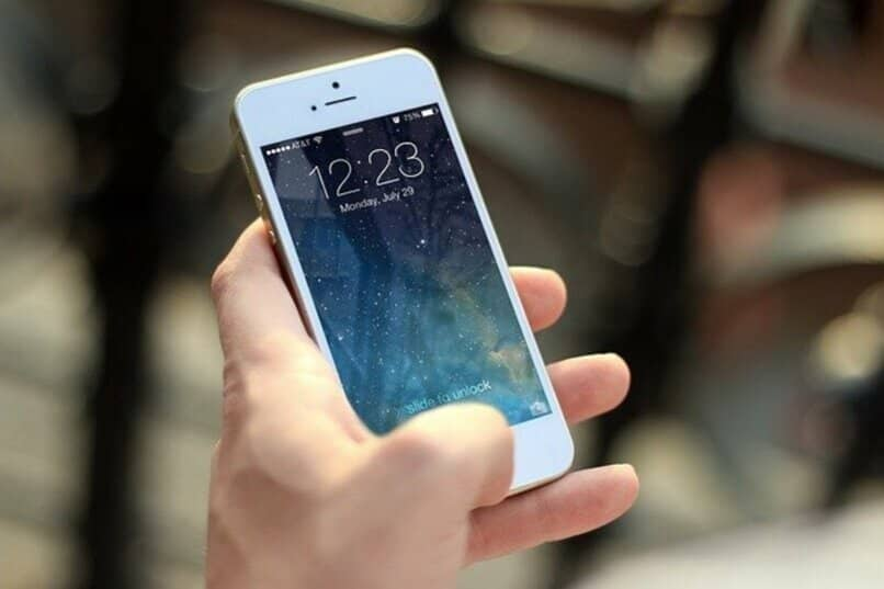 persona utilizando su dispositivo móvil