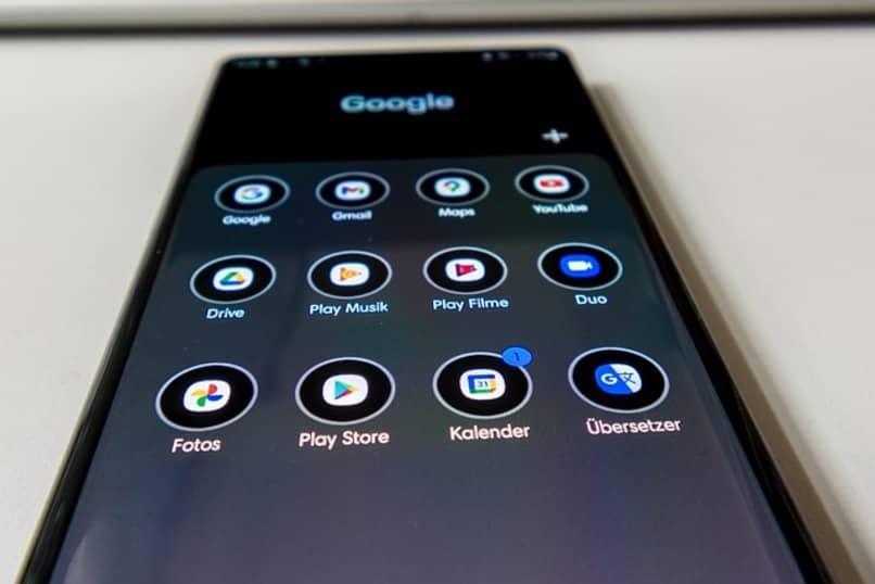 smartphone con el icono de play store sobre un escritorio