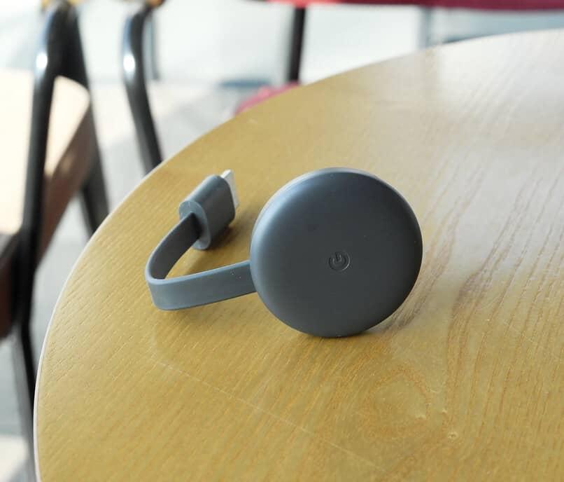 dispositivo chromecast sobre mesa