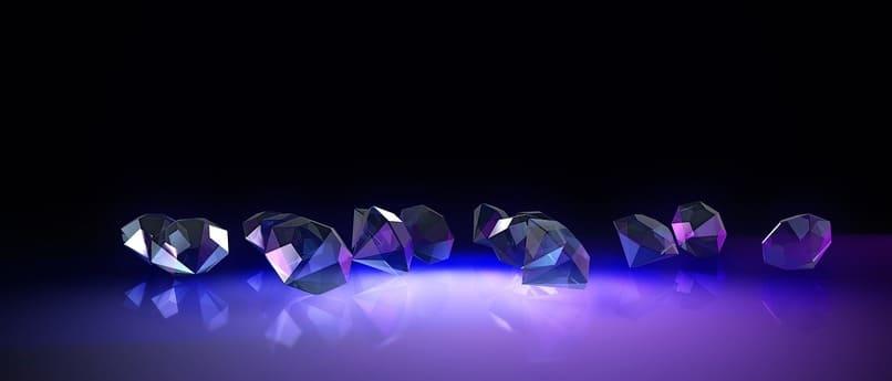diamantes sobre una superficie color violeta