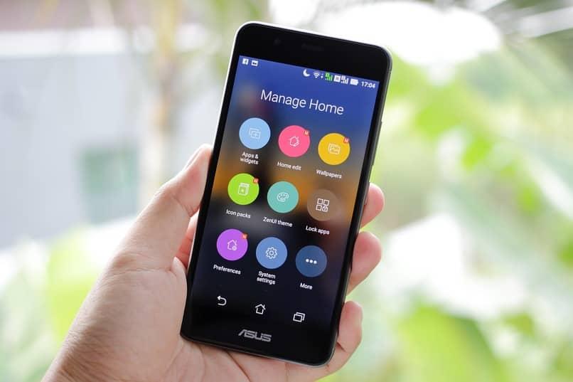 movil con sistema operativo android sostenido por una persona