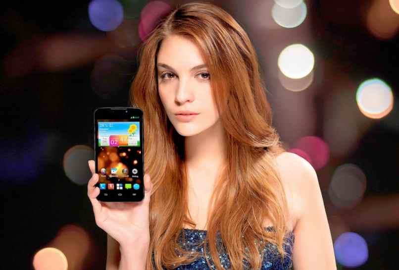 foto mujer con celular cadenas whatsapp