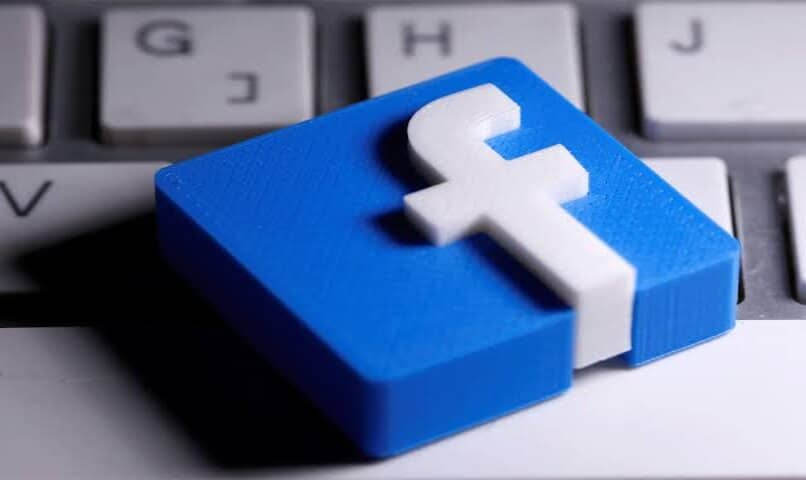 teclado logo facebook sobre pc