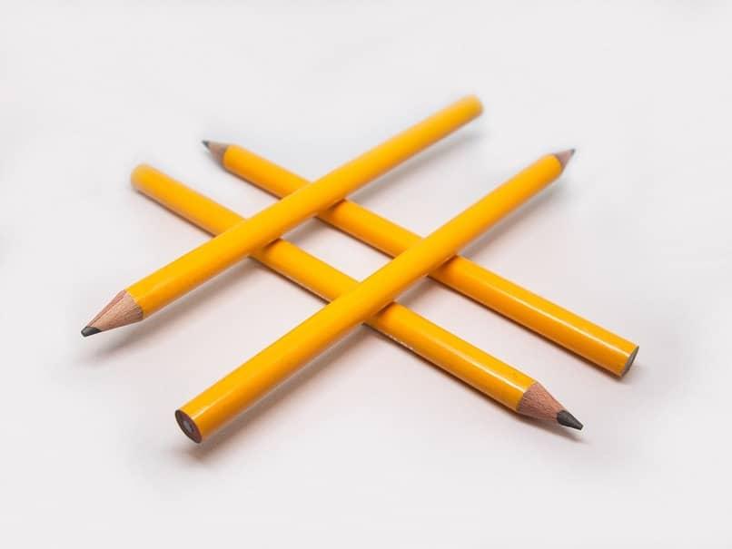 Gashtag formado con lápices color amarillo