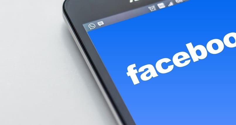 logo de facebook en la pantalla de un movil