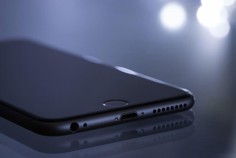 dispositivo movil color negro sobre una superficie
