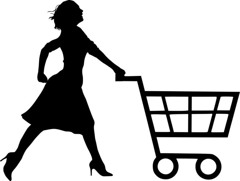 mujer empujando un carrito de compras