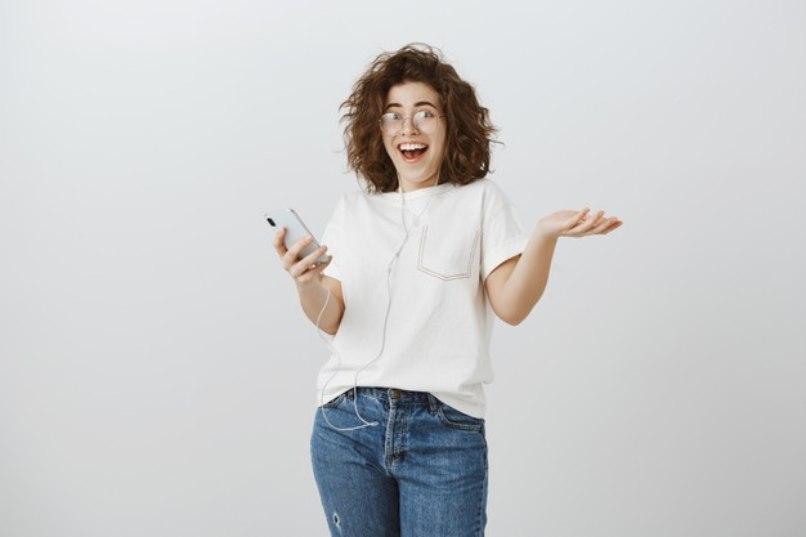mujer feliz sorpendida por mensaje gracioso cumpleanos
