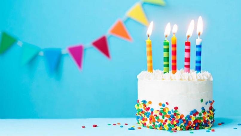 pastel con velas celebracion cumpleanos