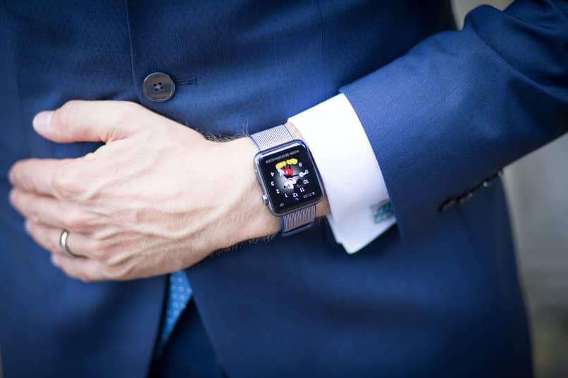 smartwatch con diseno moderno con whatsapp
